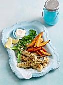 Fischstäbchen mit Mandelpanade und Süsskartoffelfritten