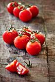 Tomaten auf Holzbrett