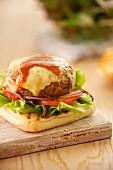 Rindfleischburger mit Käse auf Grillbrot