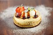 Cheesecake-Törtchen mit Sahnecreme und Karamellsauce