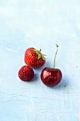 Erdbeere, Himbeere & Kirsche auf blauem Untergrund