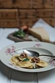 Ravioli mit Spinat-Ricottafüllung, Salbeibutter & Walnüssen