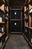 Weinflaschen altern im Keller