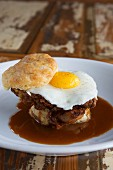 Quick bread with chicken, fried egg and gravy