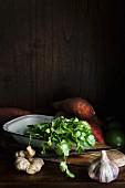 Zutatenstilleben mit Süsskartoffeln, Ingwer, Koriander & Knoblauch