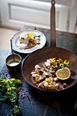 Buchweizencrepes mit Seehecht, gegrilltem Mais und Blumenkohl