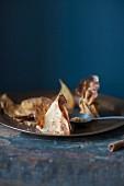 Crepes mit pochierten Birnen, Karamel und Macadamianussstreuseln