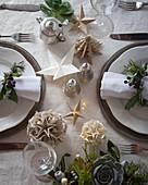 Selbstgemachter weihnachtlicher Tischschmuck aus Papier
