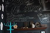 Dekorative, schwarze Wand einer veganen Konditorei