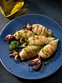 Gegrillte Calamari mit Knoblauch und Petersilie