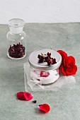 Rosenzucker und getrocknete Rosenblüten