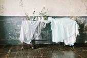 Feenhaft gedeckter Hochzeitstisch im Vintage-Raum