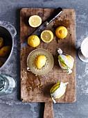 Zitronen und Zitronenpresse