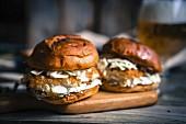 Rustikale Fischburger mit Coleslaw und Bier