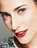 Brünette Frau in Paillettenshirt, Lippen dunkelrot geschminkt (Close Up)