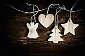Weihnachtsanhänger aus hellem Holz