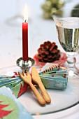 Weihnachtsgedeck mit gefalteter Serviette und gebackenem Besteck