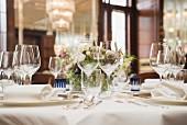 Gedeckter Esstisch mit Gläsern in Restaurant