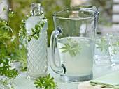 Limonade mit Waldmeister und Kränzchen um Flaschenhals
