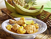 Hähnchen mit Ananas und Kochbananen