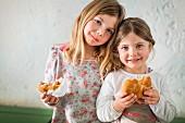 Zwei Mädchen essen belegte Semmeln
