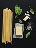 Stillleben mit Spaghetti, Butter, Salbei & Parmesan