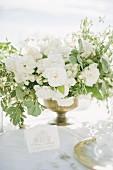 Weisses Blumenbouquet auf Hochzeitstafel im Freien (Ravello, Italien)