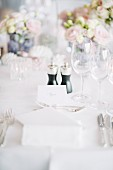 Gedeck mit Tischkarte auf Hochzeitstafel im Freien