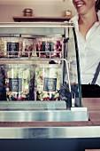 Frau in einem Food Truck