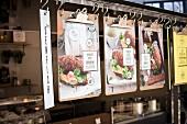 Tafeln mit Speisenangeboten in einem Food Truck