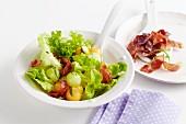 Blattsalat mit Melone und knusprig gebratenem Serranoschinken