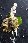 Seehecht mit Rosmarin-Zitrus-Butter, Vanille-Blumenkohlpüree, Brunnenkresse und Essblüten
