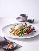 Gebratener Spargel mit Blattsalat, Kräutern & Pinienkernen