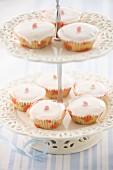 Cupcakes mit weisser Zuckerglasur und kandierter Blüte