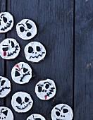 Geister-Kekse mit Schokolade für Halloween