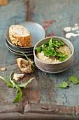 Veganes Kastanien-Hummus mit Rucola