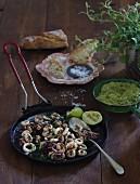 Tintenfisch mit Chili, Limette, Petersilie aus der Grillpfanne, dazu Guacamole