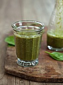 A vegan breakfast smoothie with spinach, bananas and guarana
