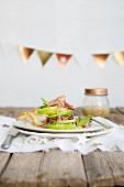 Apfel-Schinken-Salat mit Pfefferminze