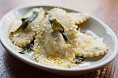 Ricotta-Ravioli mit Parmesan, frittiertem Salbei und Meersalz
