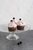 Cupcakes mit Brombeeren und Brombeercreme