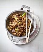Chinesische Weizennudeln mit Teriyaki-Rind aus dem Wok