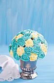 Blau-weisser Cupcake-Strauss