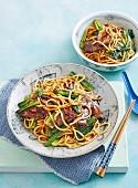 Nudeln mit Rindfleisch und Choy Sum