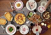 Abendessen mit Quiche Lorraine, Hähnchenspiessen und Makkaroni mit Käse
