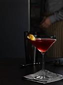 Capitan-Cocktail mit Sauerkirschen und Zitronenschale