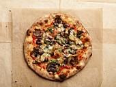 Pizza Vier Jahreszeiten mit Pilzen, Artischocken & Oliven (Aufsicht)