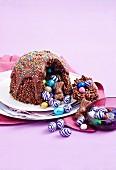 Puffreis-Kokos-Schokoladenkuppel mit bunter Ostereierfüllung