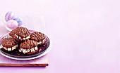 Schokoladen-Doppelkekse mit Buttercreme und Maltesers