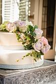 Zweistöckige Torte mit romantischer Rosendeko